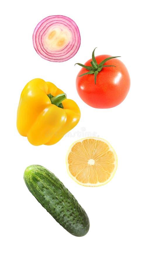 Падая овощи летая болгарский перец, лук, лимон, огурец, томат изолированный на белой предпосылке с путем клиппирования стоковые фотографии rf