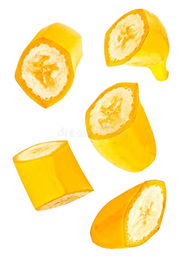 Падая отрезанный банан изолированный на белом с путем клиппирования стоковое фото rf