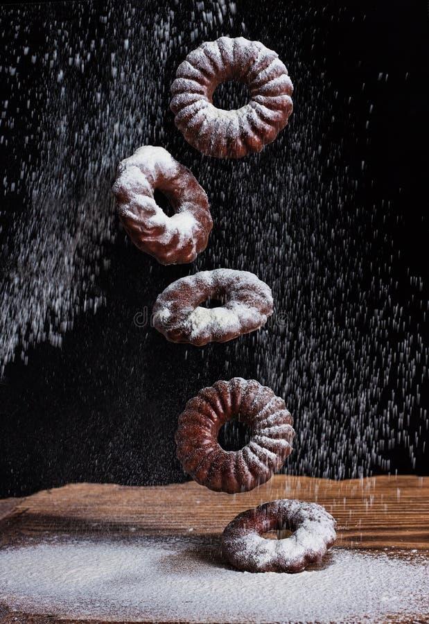 Падая сахар замороженности на печеньях обломока шоколада Печенье падает на таблицу стоковое фото rf
