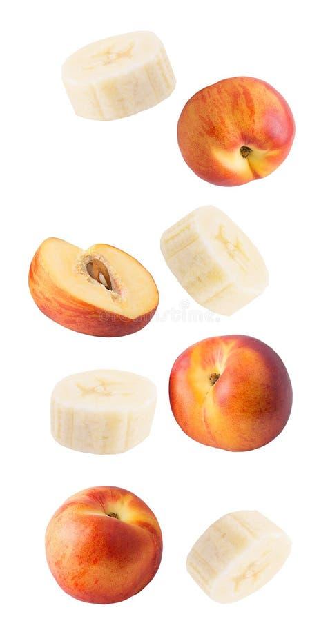Падая свежие персики и банан изолированные на белой предпосылке стоковое изображение rf