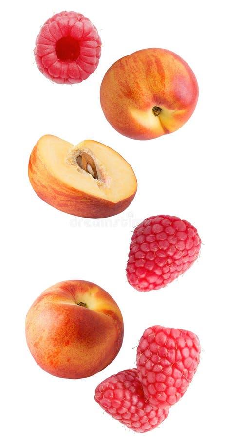 Падая свежие ягоды и персики изолированные на белой предпосылке стоковые фотографии rf