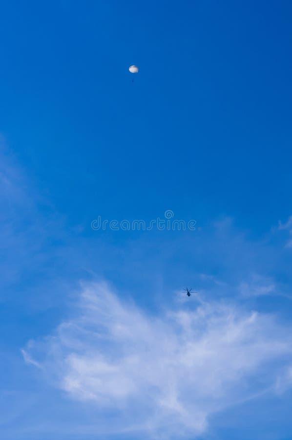 падая parachutists от вертолета стоковое изображение