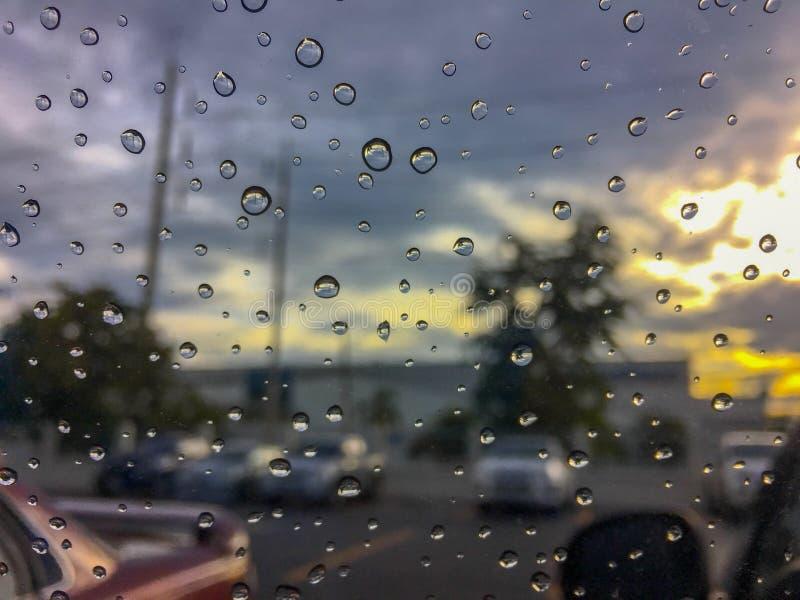 Падение воды на окне автомобиля стеклянном стоковое фото rf