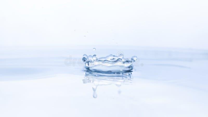 Падение воды на предпосылке воды стоковые фото