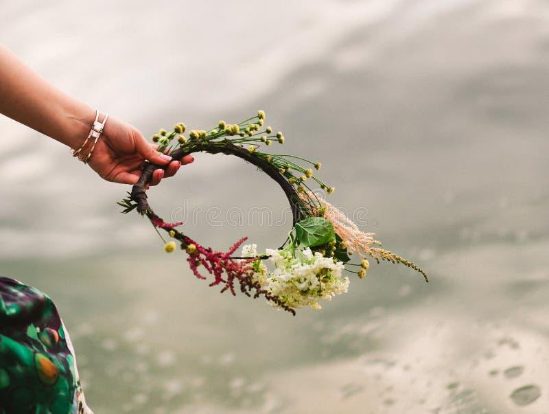 Падение воды руки головного убора венка девушки стоковое изображение