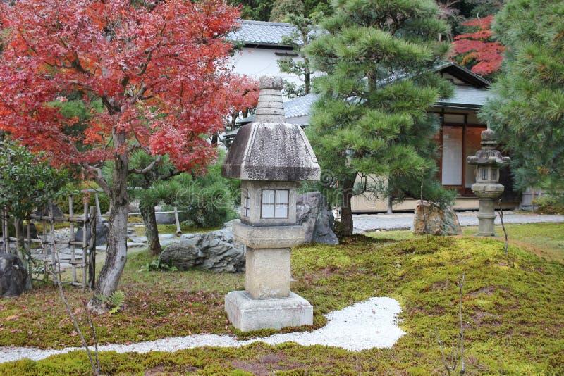 падение в резидентов положения виска Konkai Komyoji стоковое фото