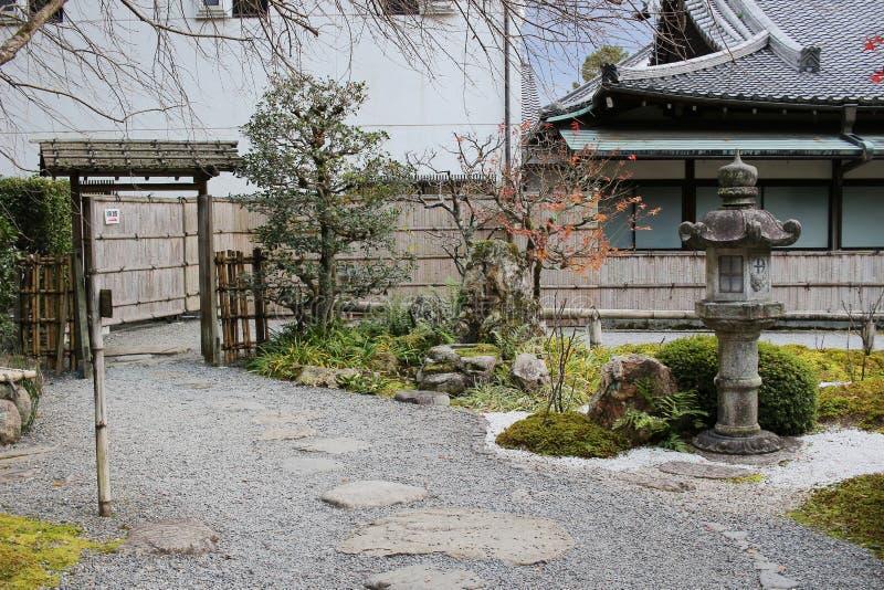 падение в резидентов положения виска Konkai Komyoji стоковые фото