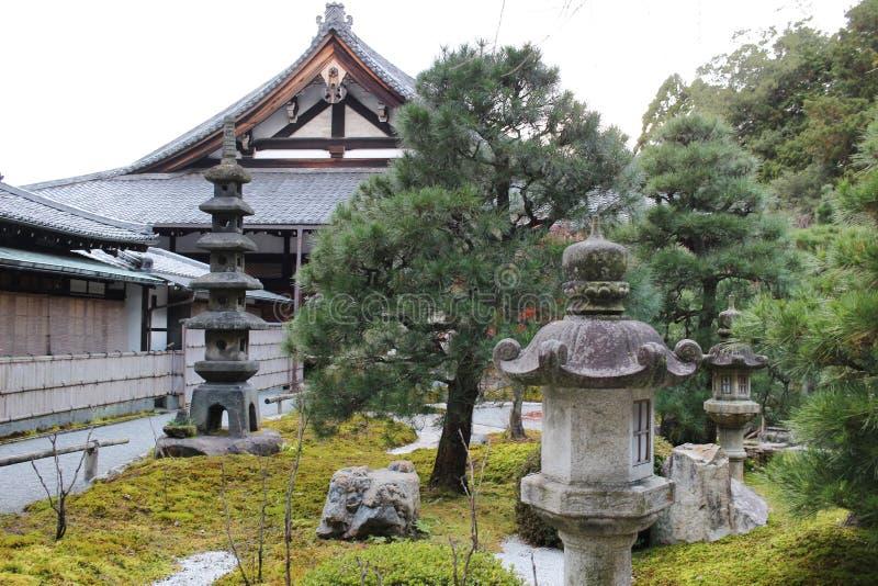 падение в резидентов положения виска Konkai Komyoji стоковое изображение rf