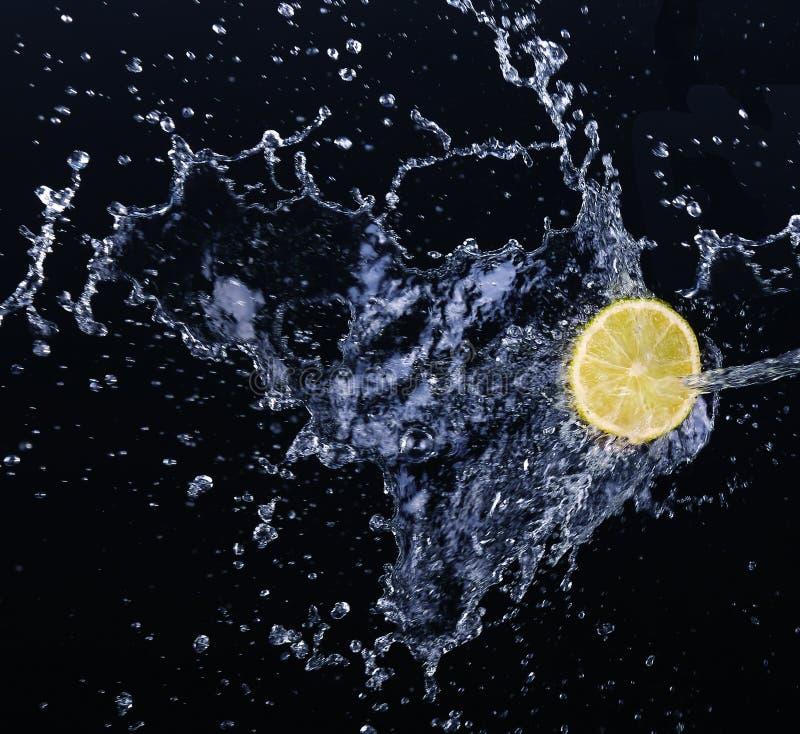 Падение известки в воду стоковые фото
