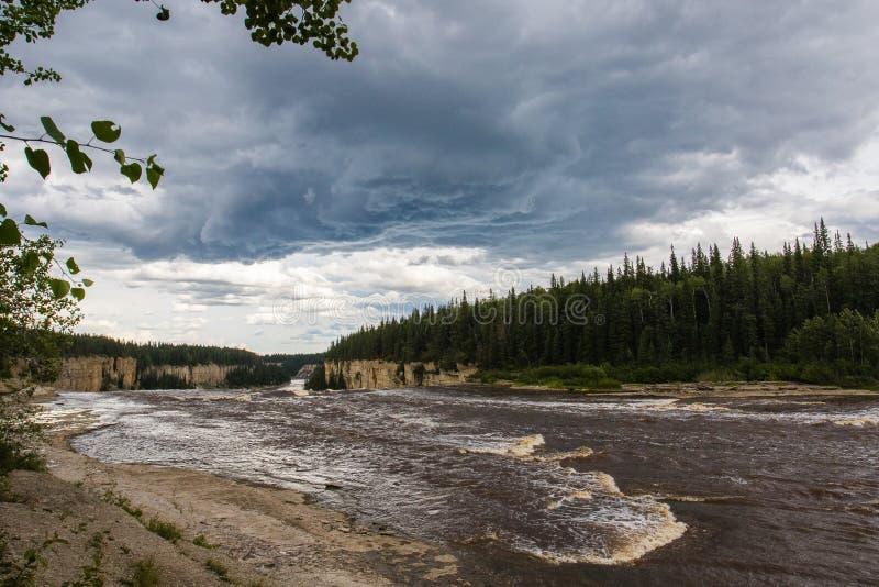 Падение падений Александры 32 метра над территории территориального парка рекой сена, ущельем Twin Falls северо-западные, Канада стоковое фото rf