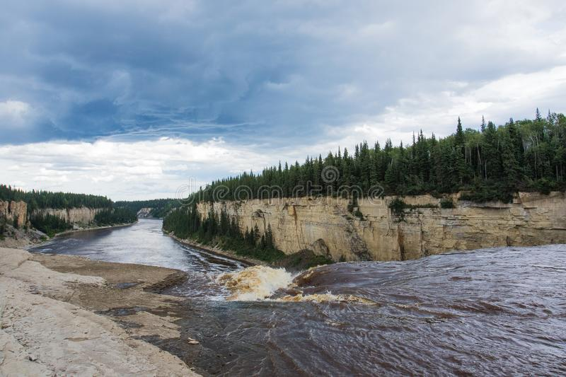 Падение падений Александры 32 метра над территории территориального парка рекой сена, ущельем Twin Falls северо-западные, Канада стоковые изображения