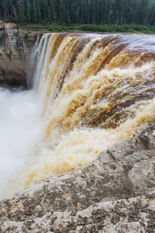Падение падений Александры 32 метра над территории территориального парка рекой сена, ущельем Twin Falls северо-западные, Канада стоковое фото
