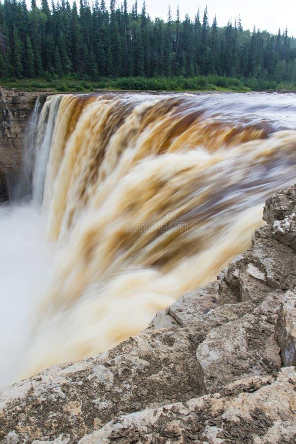 Падение падений Александры 32 метра над территории территориального парка рекой сена, ущельем Twin Falls северо-западные, Канада стоковая фотография rf