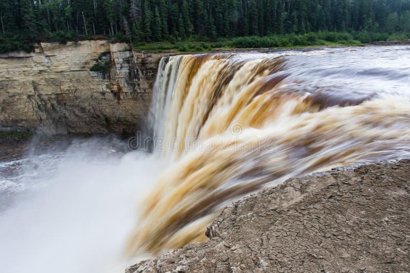 Падение падений Александры 32 метра над территории территориального парка рекой сена, ущельем Twin Falls северо-западные, Канада  стоковое изображение rf
