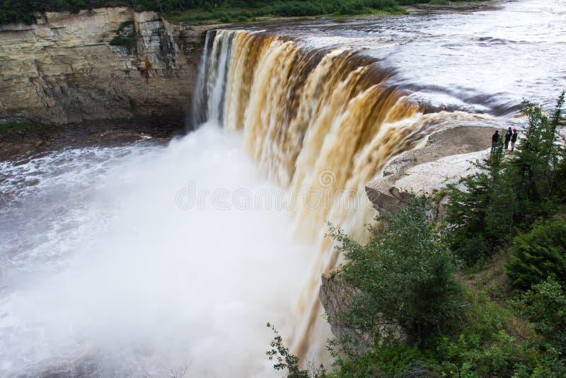 Падение падений Александры 32 метра над территории территориального парка рекой сена, ущельем Twin Falls северо-западные, Канада  стоковые изображения rf
