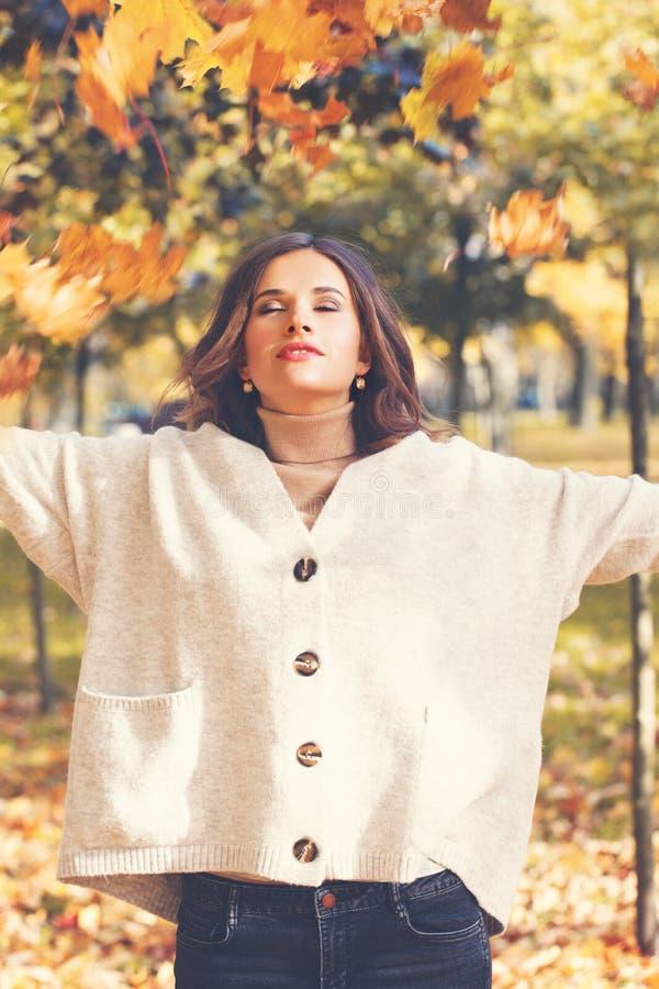 Падение счастливой девушки бросая выходит в парк осени стоковые фотографии rf