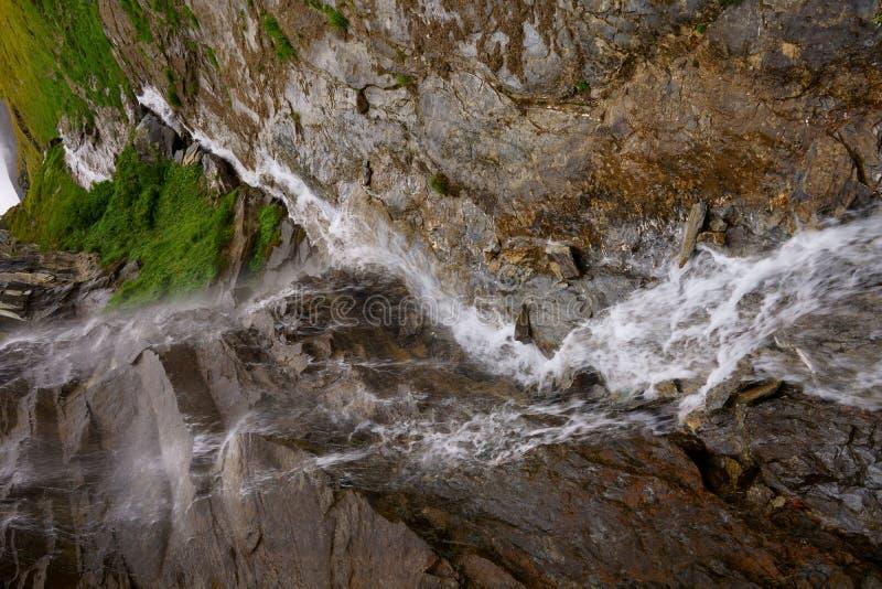 Падения воды вдоль дороги Grossglockner высокой высокогорной стоковое изображение