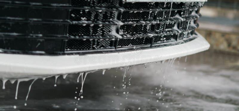Падения воды и пены пропускают красиво от гриля переднего бампера автомобиля стоковая фотография rf