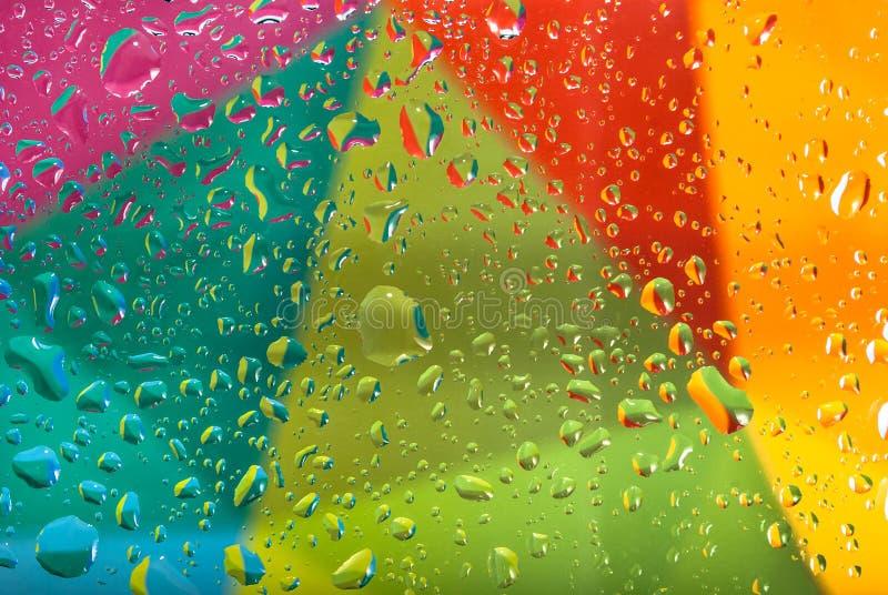Падения воды на красочной предпосылке поле глубины отмелое Селективный фокус Тонизированное изображение стоковые фото