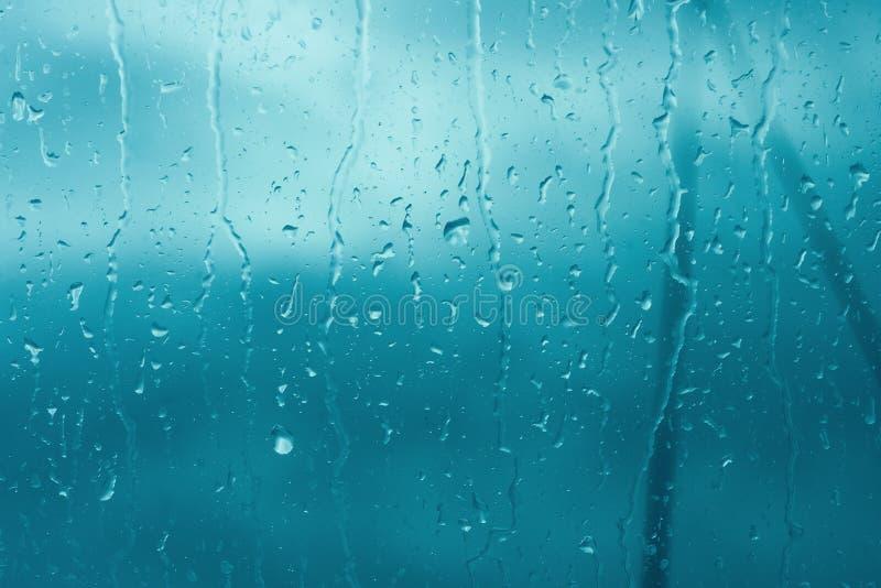 Падения дождя закрывают вверх на стекле окна outdoors Текстура воды в проливном дожде Хмурое утро осени Макрос Дистресс monochrom стоковое изображение rf