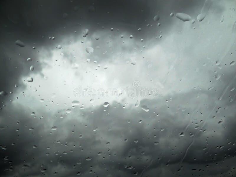 Падения дождя на окне стоковые фотографии rf
