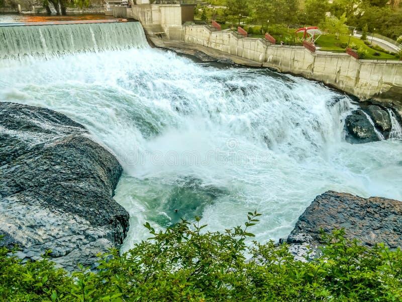 Падения и здание силы воды Вашингтона вдоль Spokane стоковое фото rf