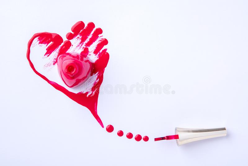 Падения и помарки в форме сердца от разлитого маникюра стоковое фото rf