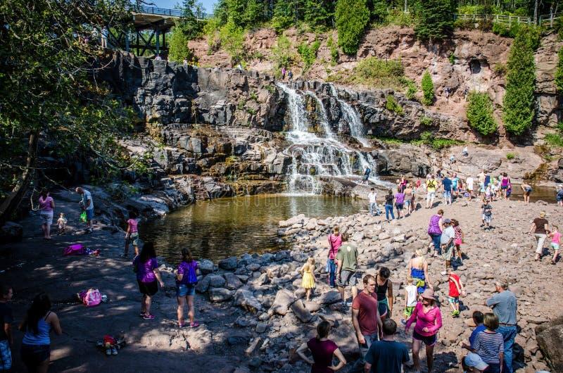 Падения крыжовника, популярный водопад около Lake Superior, привлекают толпу посетителей на a стоковые изображения rf