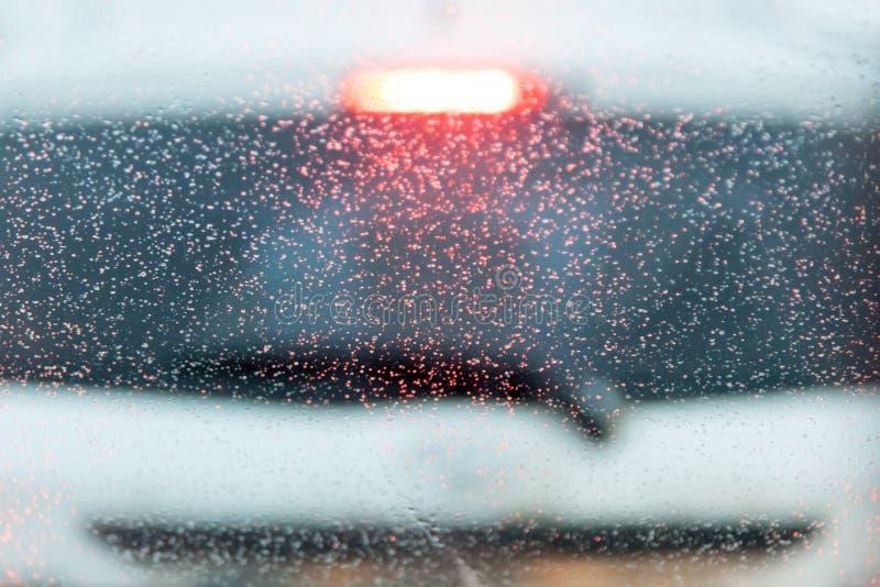 падения на лобовом стекле автомобиля в коробке запачканный белый автомобиль на предпосылке стоковое изображение rf