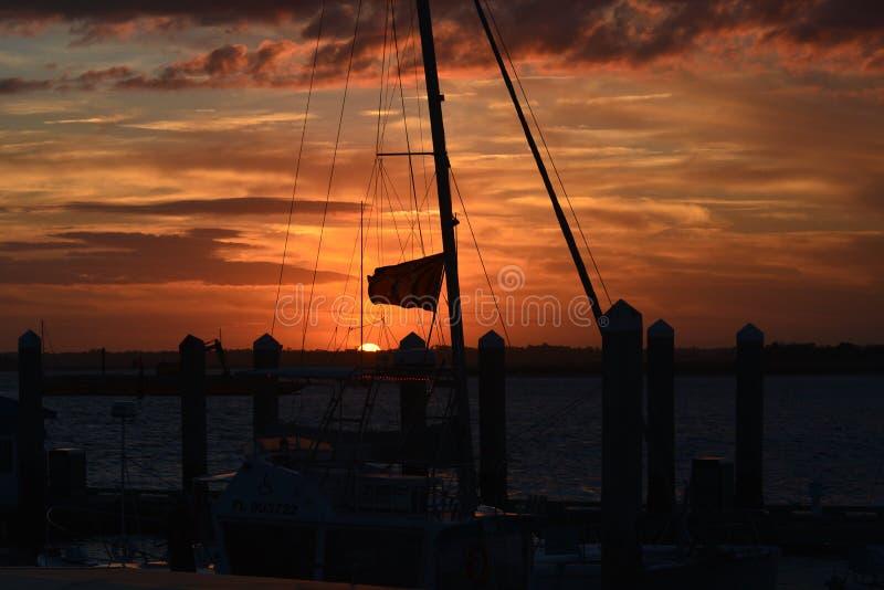 Падения темноты на северную Марину Флориды как наборы солнца на западе стоковое фото