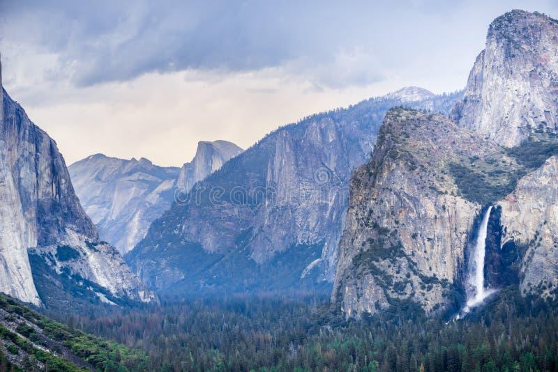 Падения Bridalveil и долина Yosemite как увидено от пункта на дождливый летний день, национального парка перспективы взгляда тонн стоковая фотография