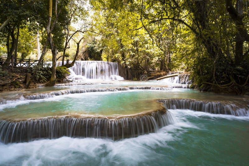 Падения Kuang Si или как водопады Tat Kuang Si Эти водопады любимое бортовое отключение для туристов в Luang Prabang с стоковое фото rf