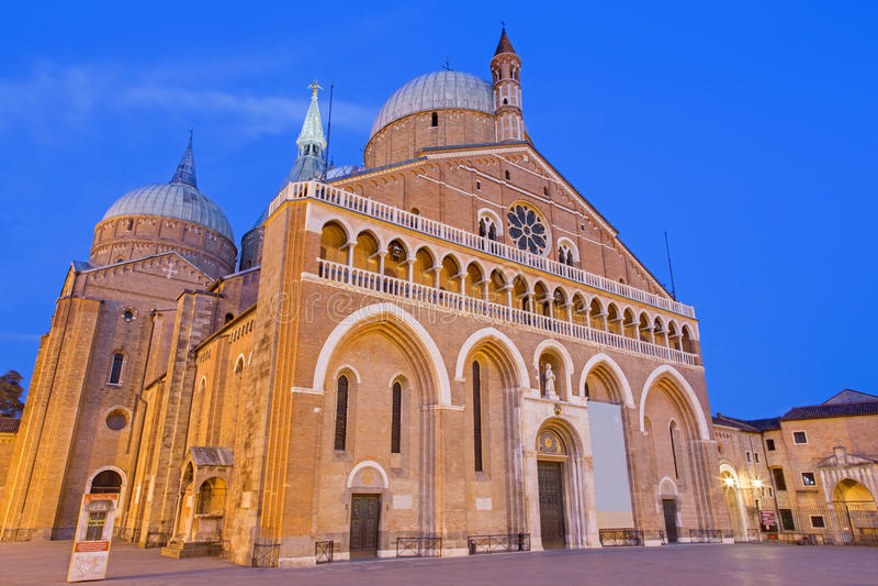 ПАДУЯ, ИТАЛИЯ - 8-ОЕ СЕНТЯБРЯ 2014: Базилика del Santo или базилика Святого Антония Padova в вечере стоковая фотография