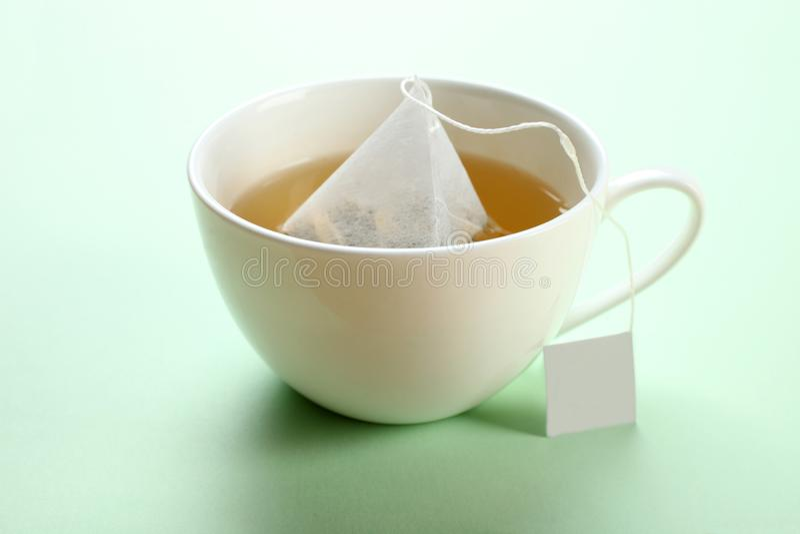 Пакетик чая мяты в чашке стоковая фотография rf