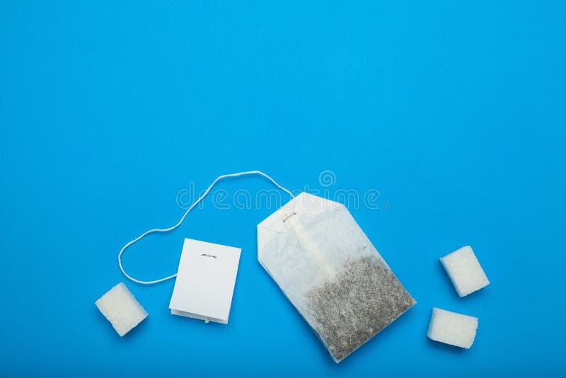 Пакетик чая с белым ярлыком, космосом экземпляра стоковое изображение rf