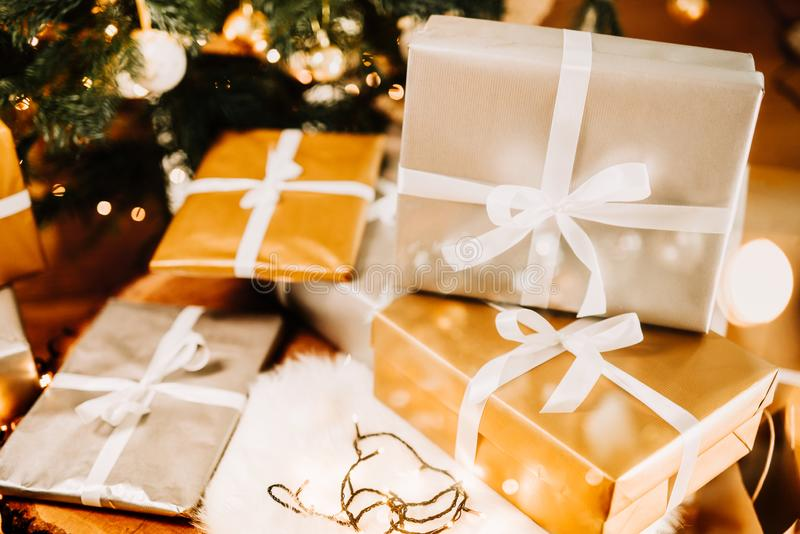Пакеты, настоящие моменты и украшение рождества с праздничной предпосылкой стоковое фото
