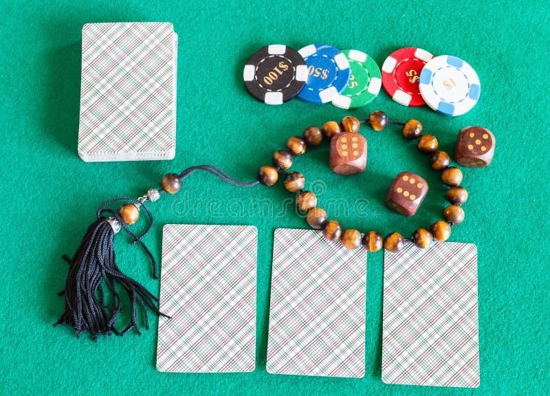 Пакеты перфокарт, dices, знаки внимания казино и шарики беспокойства стоковая фотография