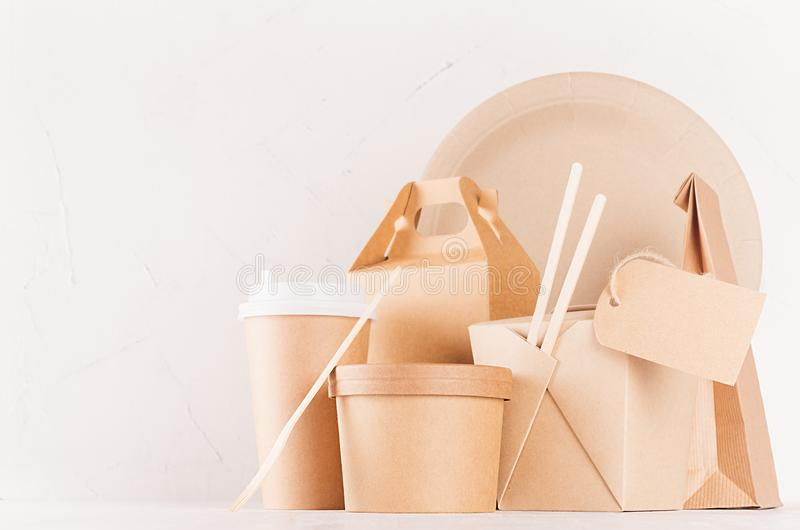 Пакет дизайна концепции коричневый бумажный для идет еда для ресторана, кафа, магазина, рекламы - различных коробок, кофейной чаш стоковое изображение rf