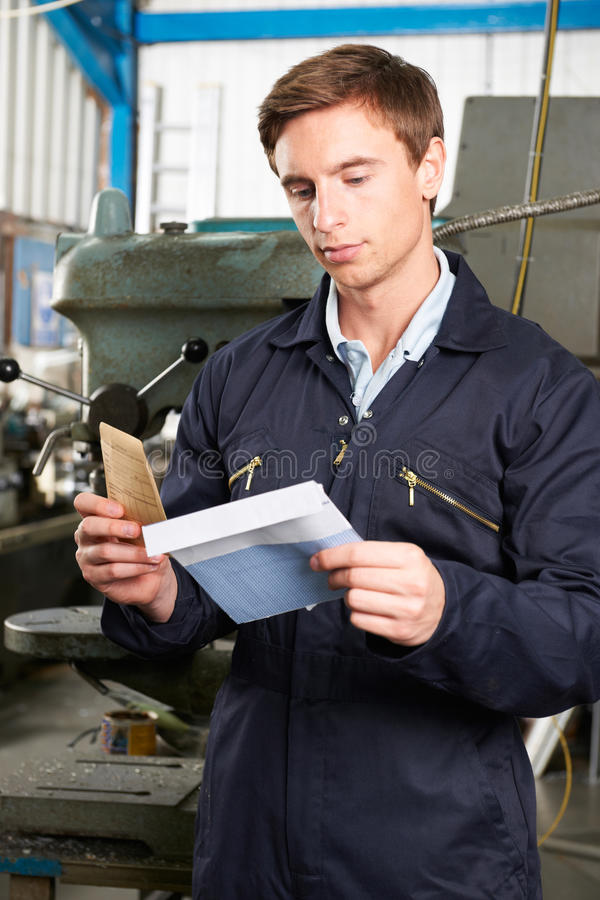Пакет зарплаты отверстия заводской рабочий стоковые фотографии rf