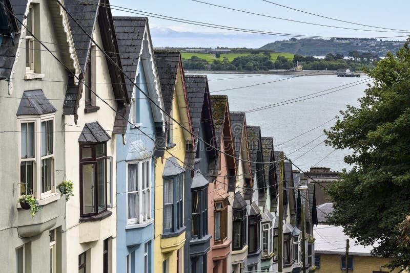 `` Пакет перфокарт дома ` - дорога с красочными домами, Cobh, пробочка графства, Ирландия стоковое изображение