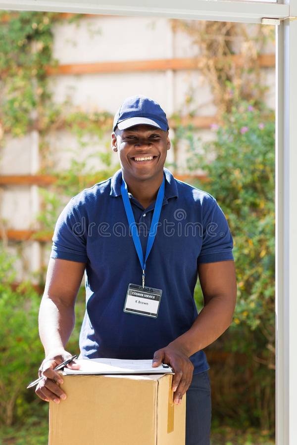 Пакет работника доставляющего покупки на дом стоковые фотографии rf
