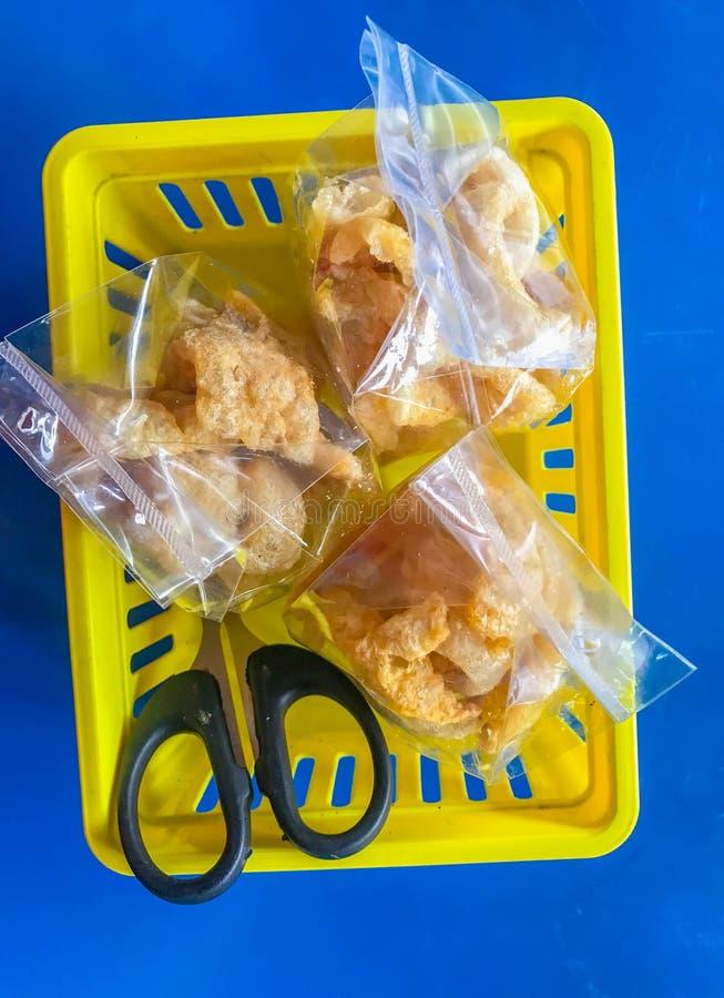 Пакет свинины потрескивая в корзине с ножницами стоковые фотографии rf