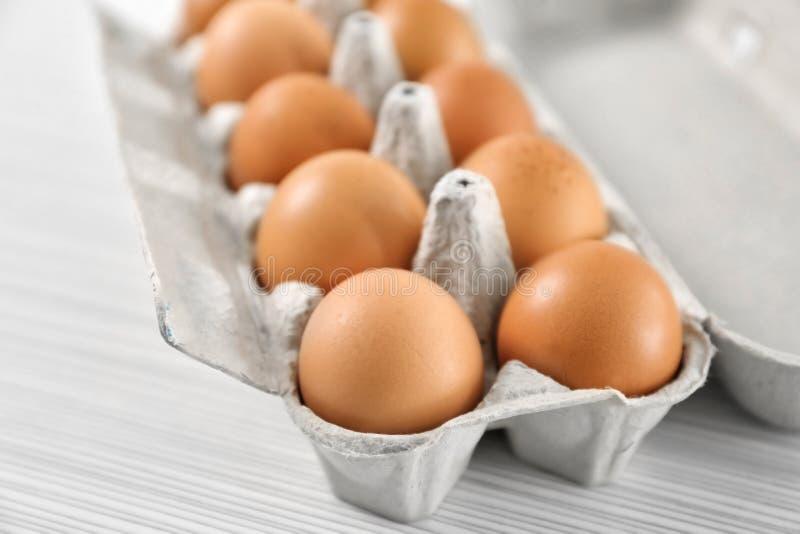 Пакет с яичками цыпленка стоковое фото