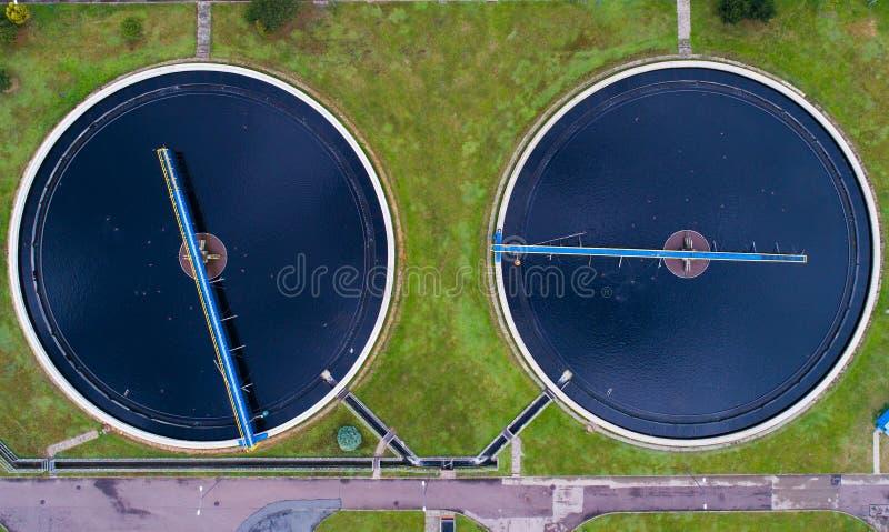 Пакостная вода в заводе по обработке нечистот стоковые фото