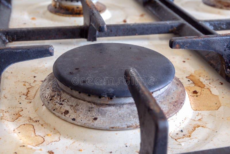 пакостная газовая плита Очищать кухню стоковое изображение rf