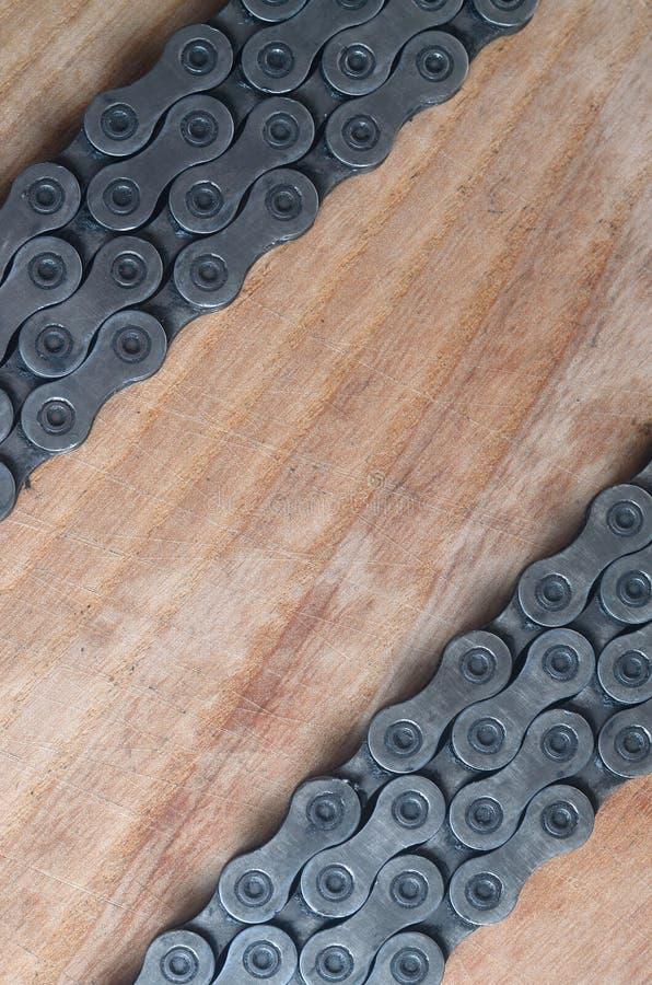 Пакостная и маслообразная цепь от горного велосипеда лежа на деревянном tabl стоковая фотография rf