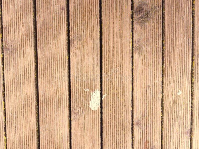 Пакостная старая выдержанная внешняя деревянная стена планки напольная терраса стоковая фотография rf