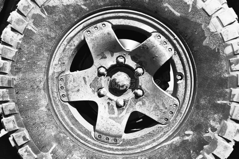 Пакостное колесо SUV после этапа грязи стоковое фото