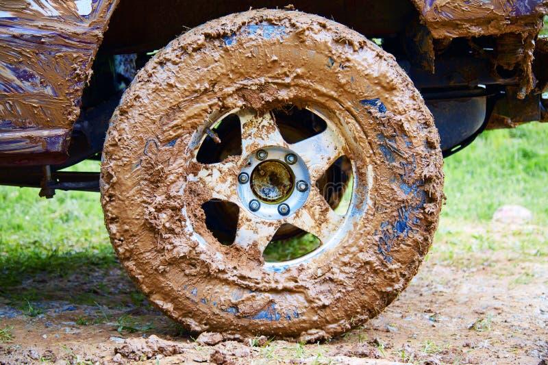 Пакостное колесо SUV стоковая фотография