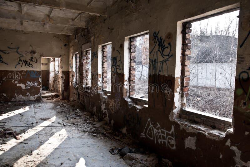 Пакостное старое затрапезное покинутое здание стоковое изображение